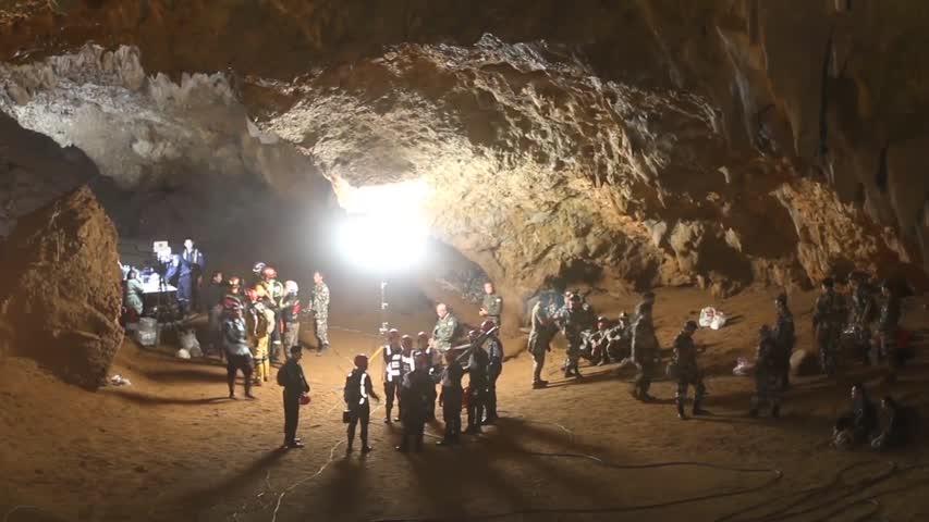 Buscan en Tailandia a 12 niños y a su entrenador de fútbol extraviados en  una cueva (Teaser) 6de829f29bd30
